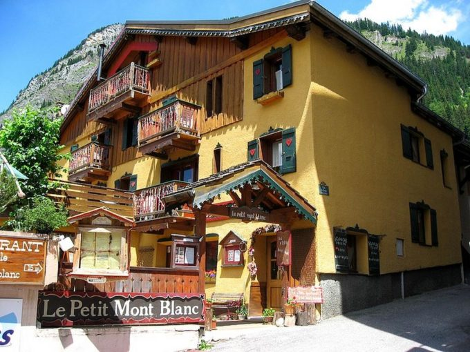 Chalet with 8 apartments and 600 m² retail space